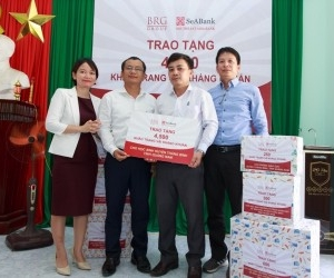 BRG Group presents antibacterial face masks to Quang Nam students